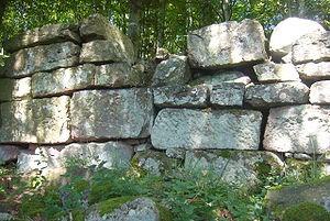 Le mur païen entourant le château de Frankenbourg sur les trois côtés